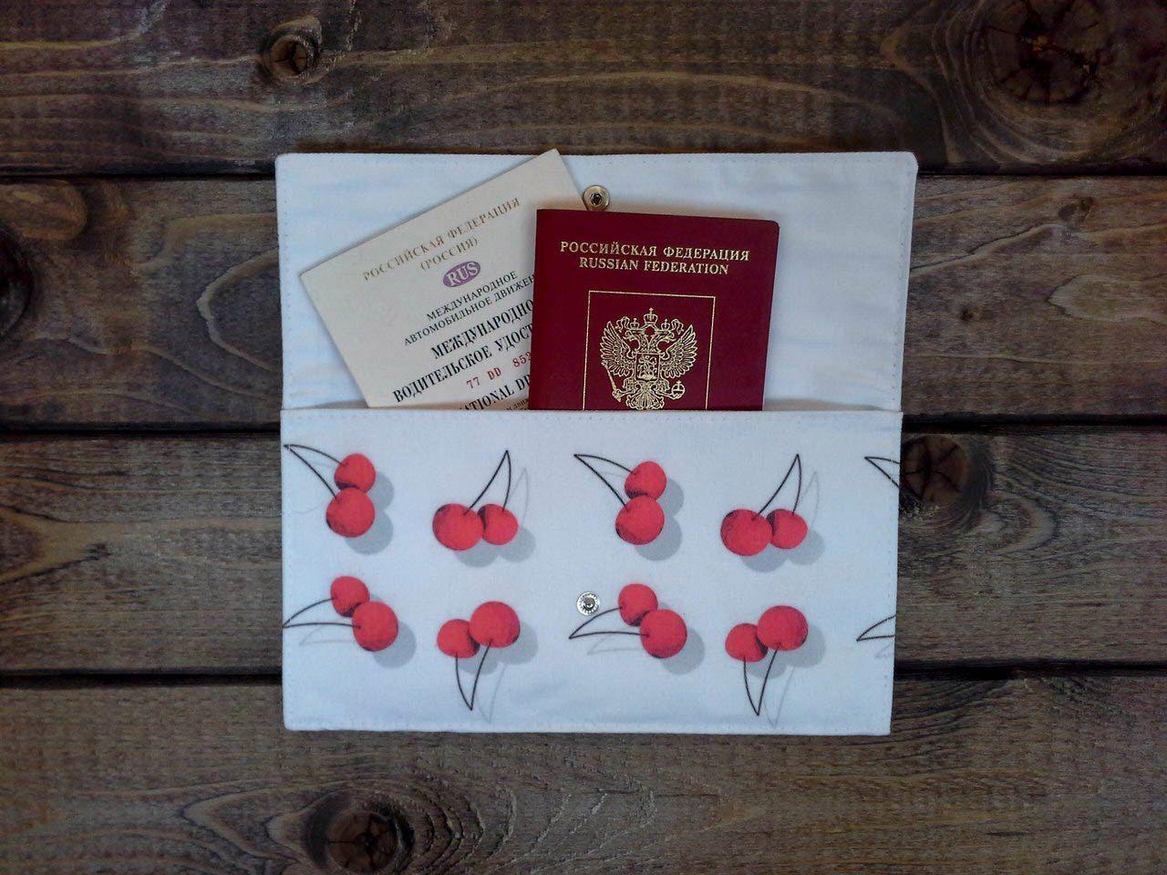 Конверт CherryПодарки<br>Подходит, как для автодокументов, так и для паспорта, необычный подарок для любого знакомого или друга. Можно стирать в стиральной машинке. Пыле-, грязе- и влагоустойчива, дизайнерское решение с вишенками подойдет каждому любителю путешествовать.<br>Размер: None; Объем: None; Материал: Текстиль, резина; Цвет: Комбинированный;