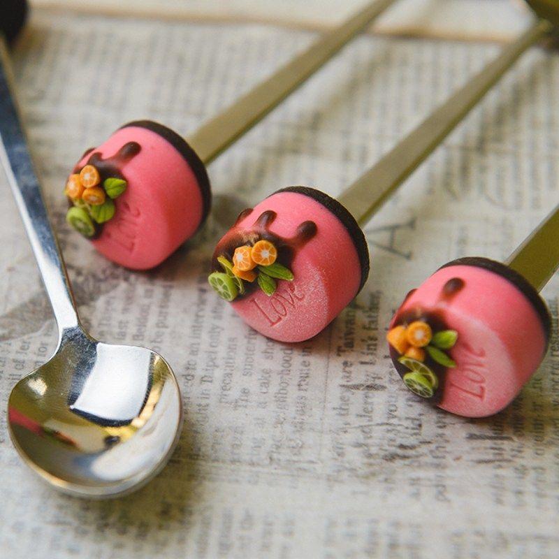 Вкусная ложка Bon Bon торт Розовый LoveПодарки<br>Розовый тортик на конце сделан из глины. Дарите вкусную ложку и наслаждайтесь декором праздничного стола.<br>Размер: 18.5 х 3 х 4.5 см; Объем: None; Материал: Металл; Цвет: None;