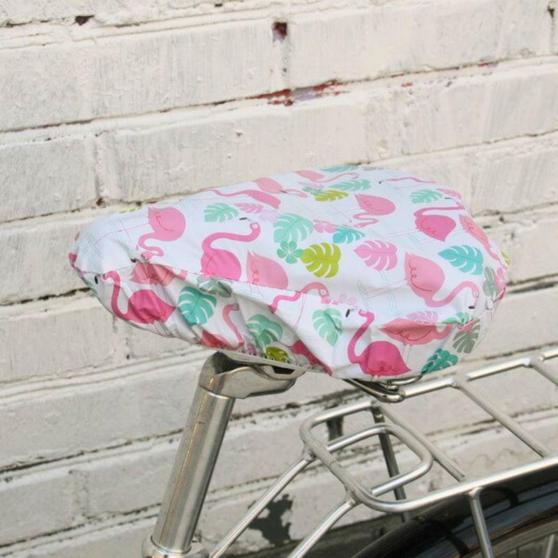 Непромокаемый чехол на седло ФламингоПодарки<br>Фламинго на непромокаемом чехле. Яркий и прочный. Для подарка молодежи или для родителей, чехол будет уместен для любого поколения. А можно выбрать для своего друга или оставить себе.<br>Размер: 26 х 23 см; Объем: None; Материал: Текстиль; Цвет: Белый / Розовый;