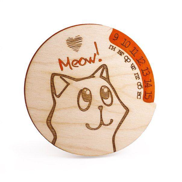 Вечный календарь МяуПодарки<br>Календарь с магнитиком столь необычный подарок - можно повесить на холодильник или любой другой металлический предмет.<br>Размер: 9 х 9 х 1,5 см; Объем: None; Материал: Дерево; Цвет: Оранжевый;