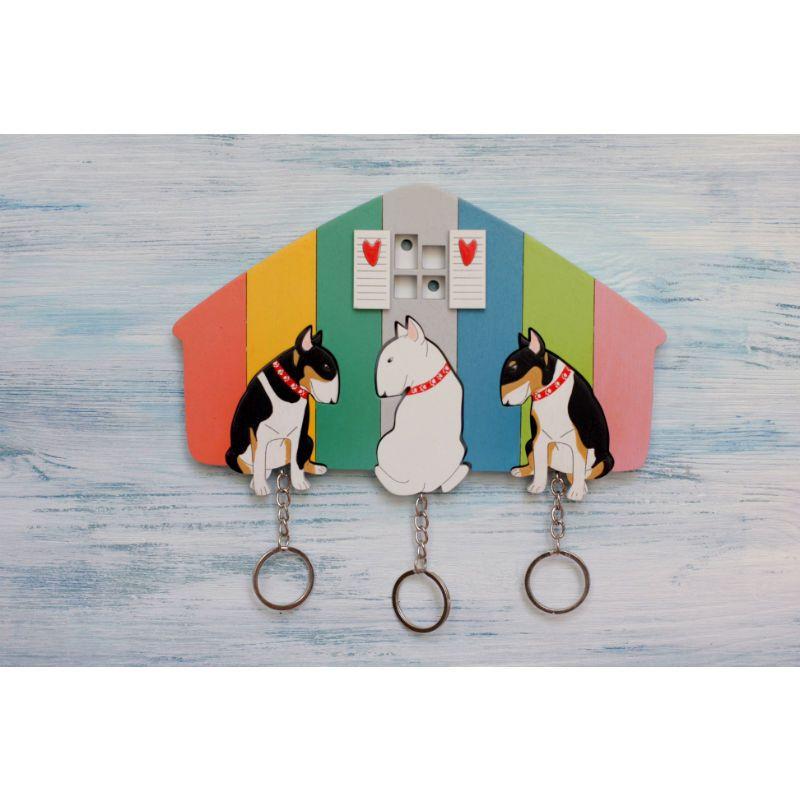 Ключница деревянная на три ключа БультерьерыПодарки<br>Ключница деревянная защитит вас от не прошенных гостей.<br>Размер: 12 х 9 см; Объем: None; Материал: Дерево; Цвет: Белый / Розовый;
