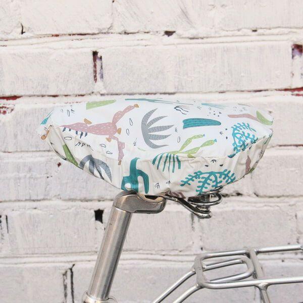 Непромокаемый чехол на седло КактусыДля путешествий<br>Непромокаемый чехол любому велосипедисту в подарок.<br>Размер: 23 х 24,5см; Объем: None; Материал: Текстиль; Цвет: Белый / Оранжевый;