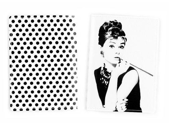 Обложка для паспорта Одри с сигаретойПодарки<br>Одри с сигаретой на вашем документе.<br>Размер: None; Объем: None; Материал: ПВХ; Цвет: Комбинированный;