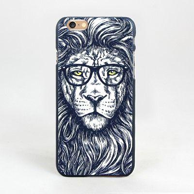 Чехол Men`s Choice (Лев в очках) для iPhone 7Аксессуары для гаджетов<br>Уникальный молодежный подарок с разными животными.<br>Размер: None; Объем: None; Материал: Пластик; Цвет: Черный / Белый;