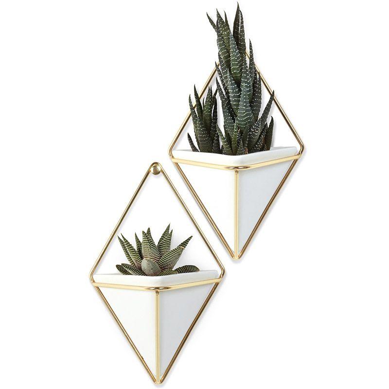 Декор для стен Trigg малый белый-латуньДекор для стен<br>Декор для стен  - стильное дополнение к интерьеру.<br>Размер: 11.7 х 18.4 х 7 см; Объем: None; Материал: Керамика; Цвет: Никель;