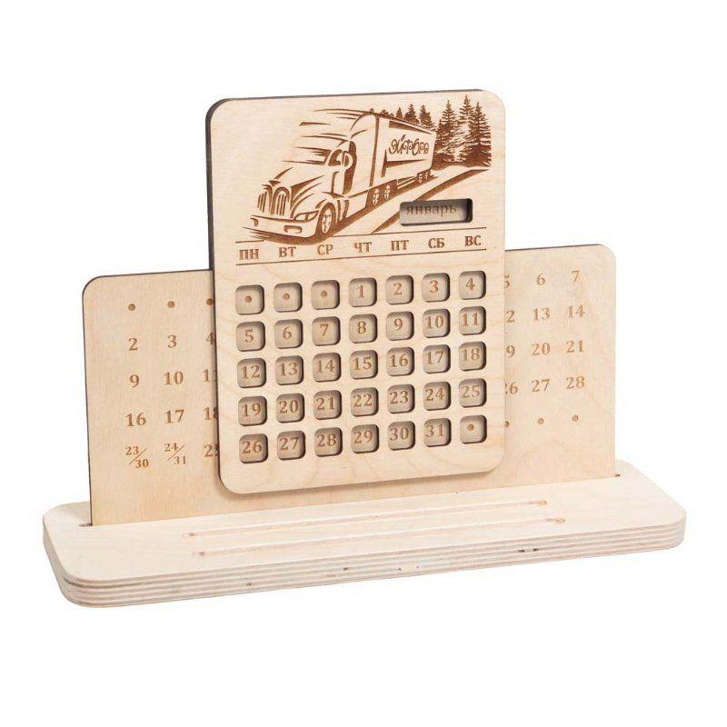 Настольный вечный календарь ГрузовикПодарки<br>Вы знали, что бумажные календари меняются, а деревянные - вечны. Любой мальчишка будет в восторге от такого оригинального подарка.<br>Размер: 31 х 21 см; Объем: None; Материал: Дерево; Цвет: Бежевый;