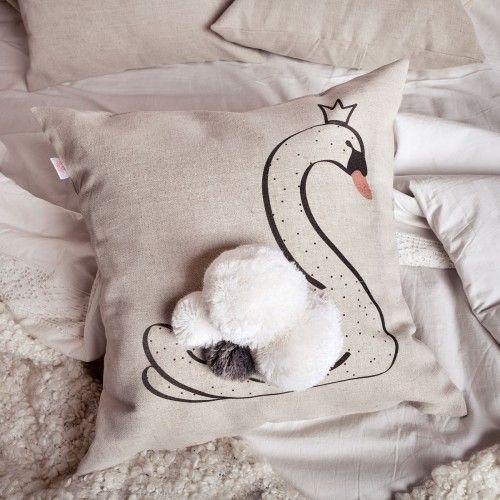 Подушка декоративная Лебедь - Царевна с помпонамиПодарки<br>Царевна с помпонами в любой гостиной.<br>Размер: 30 х 45 см; Объем: None; Материал: Лен; Цвет: Бежевый;