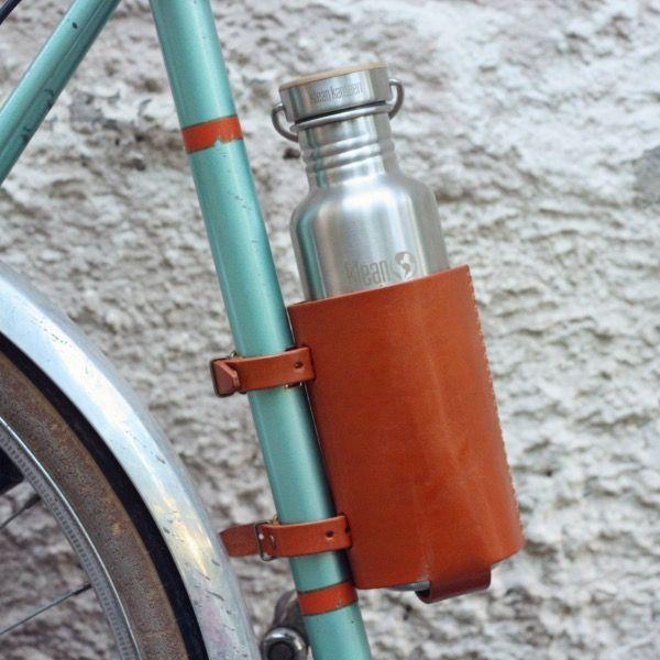 Велосипедный держатель для бутылки БризПодарки<br>Велосипедный держатель для бутылки Бриз<br>Размер: 14 х 8 см; Объем: None; Материал: Кожа, бумага; Цвет: Коричневый;