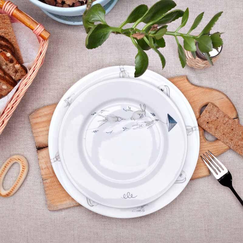 Тарелка Крольчата на воздушном змее, 24 смПодарки<br>Тарелка крольчата будет прекрасным подарком для всех крольчат. Фарфоровая тарелка пополнит коллекцию вашей фамильной посуды и порадует будущее поколение.<br>Размер: 24 см; Объем: None; Материал: Дерево; Цвет: Бежевый;