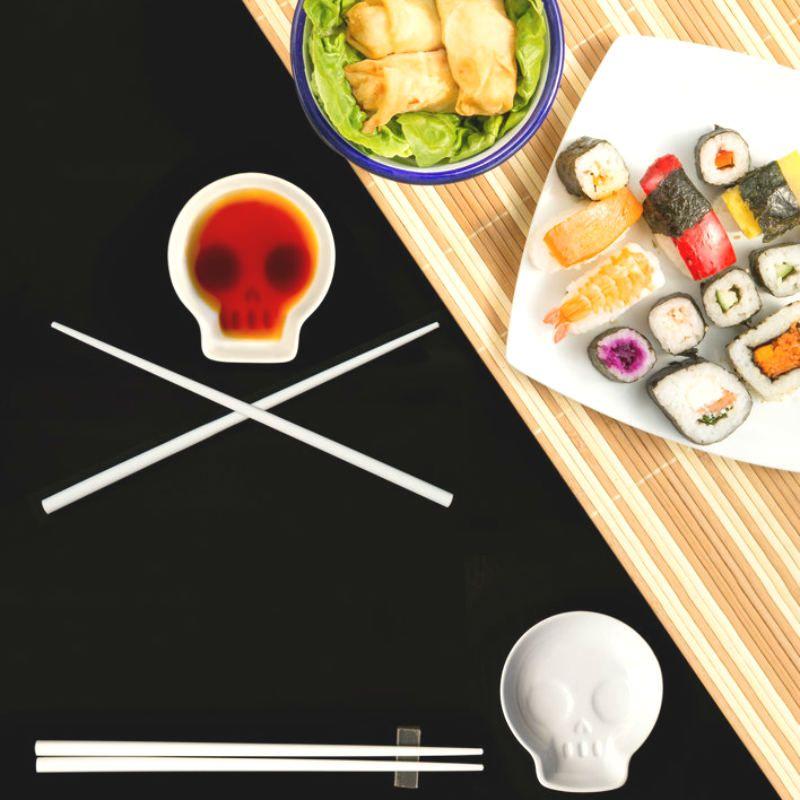 Блюдце для соевого соуса с палочками для еды SkullПодарки<br>Блюдце для соевого соуса с палочками для еды Skull<br>Размер: 1.9 x 8.7 x 10 см.; Объем: None; Материал: Керамика, дерево; Цвет: Белый;