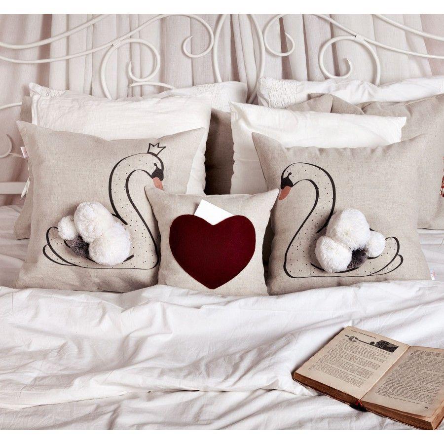 Подушка - карман СердцеДетская<br>Сердце на мягкой подушке.<br>Размер: 30 х 30 см; Объем: None; Материал: Лен; Цвет: Белый;