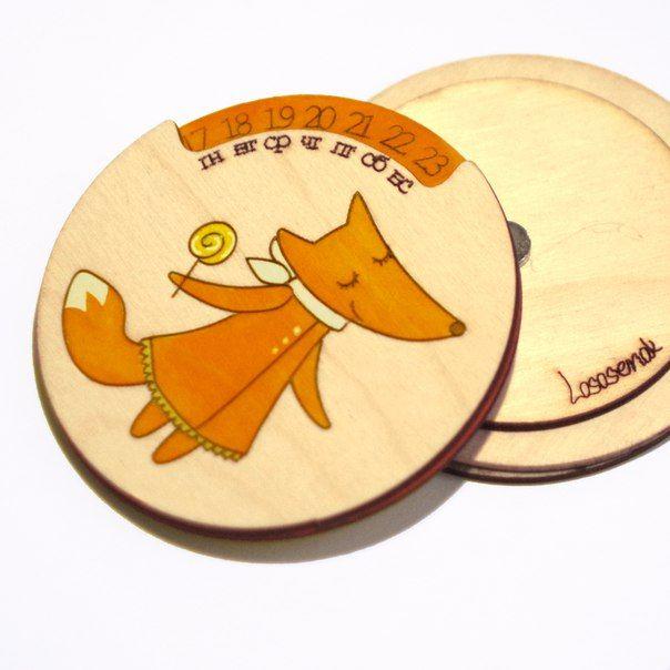 Вечный календарь ЛисичкаПодарки<br>Вечный календарь Лисичка<br><br>Календарь с магнитиком столь необычный подарок - можно повесить на холодильник или любой другой металлический предмет.<br>Размер: 9 х 9 х 1,5 см; Объем: None; Материал: Дерево; Цвет: Оранжевый;